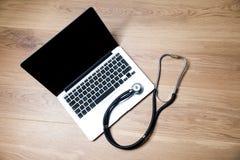 Anteckningsbok- och stetoskopöverkant arkivfoto