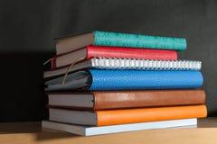 Anteckningsbok på bokhyllan arkivbilder
