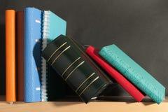 Anteckningsbok på bokhyllan royaltyfria foton