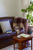 Anteckningsbok på den kaffetabellen och soffan Royaltyfri Fotografi