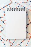 Anteckningsbok på en kuvertbakgrund fotografering för bildbyråer