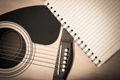 Anteckningsbok på gitarrbakgrund Royaltyfri Fotografi