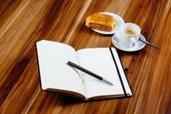 Anteckningsbok, penna, espresso och giffel fotografering för bildbyråer
