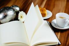 Anteckningsbok, penna, espresso och giffel royaltyfria bilder