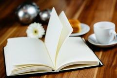 Anteckningsbok, penna, espresso och giffel royaltyfri foto
