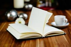 Anteckningsbok, penna, espresso och giffel royaltyfria foton