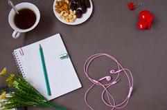 Anteckningsbok penna, kopp kaffe arkivfoton