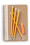 Anteckningsbok, radergummi, linjal, blyertspenna och paperclips arkivbilder