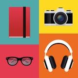 Anteckningsbok, retro kamera, hörlurar och hipsterexponeringsglas Arkivbild