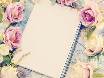 Anteckningsbokbakgrund med buketten av blommatappning filtrerar Arkivfoto