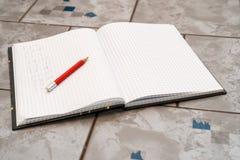 Anteckningsboken i matematik med handwriten övning Royaltyfria Bilder