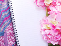 Anteckningsboken med buketten av blommatappning filtrerar bakgrund Arkivbilder