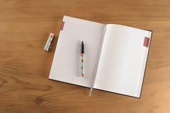 Anteckningsboken och skrivar Arkivfoto