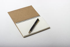 Anteckningsboken och skrivar royaltyfria foton