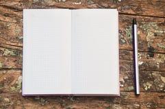 Anteckningsboken och skrivar Fotografering för Bildbyråer