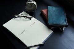 Anteckningsboken på skrivbordet, tömmer utrymme på anteckningsboken för Enter text arkivbild