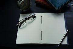 Anteckningsboken på skrivbordet, tömmer utrymme på anteckningsboken för Enter text fotografering för bildbyråer