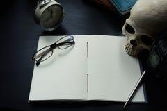Anteckningsboken på skrivbordet, tömmer utrymme på anteckningsboken för Enter text royaltyfri fotografi