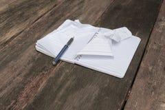 Anteckningsboken skrynkligt papper rynkade tom vit på skrivbordet Arkivfoto