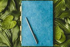Anteckningsbokpapper med texturen, grönt blad Royaltyfri Bild