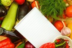 Anteckningsbokpapper på grönsaker arkivbilder