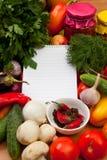 Anteckningsbokpapper som skriver recept och grönsaker Royaltyfria Bilder