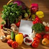Anteckningsbokpapper som skriver recept och grönsaker Royaltyfri Fotografi