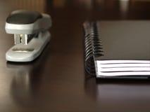 Anteckningsboksammanträde på ett skrivbord Arkivfoto