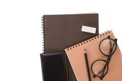 Anteckningsboksvarträkning med blyertspennan på vit skrivbordbakgrund Royaltyfria Foton