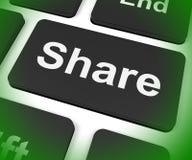 Anteil-Schlüssel-Shows, die online Webseite oder Bild teilen Lizenzfreie Stockfotos