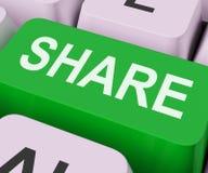 Anteil-Schlüssel-Shows, die online Webseite oder Bild teilen Stockbilder