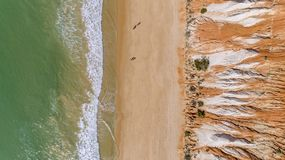 Anten falez i skał seascape brzeg widok sławna Falesia plaża, Algarve Zdjęcia Stock