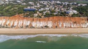 Anten falez i skał seascape brzeg widok sławna Falesia plaża, Algarve Obraz Royalty Free