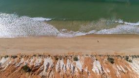 Anten falez i skał seascape brzeg widok sławna Falesia plaża, Algarve Zdjęcia Royalty Free