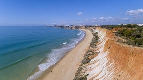 Anten falez i skał seascape brzeg widok sławna Falesia plaża, Algarve Fotografia Stock