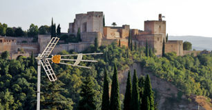 Antena με το αρχαίο αραβικό φρούριο Alhambra στο υπόβαθρο, Γ Στοκ Εικόνα