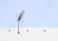 Antena στη στέγη που καλύπτεται με το χιόνι Στοκ εικόνα με δικαίωμα ελεύθερης χρήσης