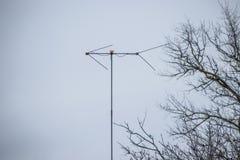 Antena analogowa na maszcie dla otrzymywać radiowego sygnał fotografia stock