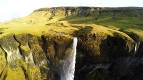 Antena asombrosa de la cascada en cantidad verde de las montañas metrajes