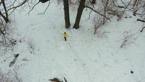 Antena atleta ćwiczy w żółtym żakiecie z skokową arkaną w zima lesie zbiory