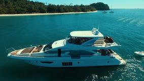 Antena: Barco luxuoso perto da praia video estoque