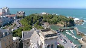 Antena a cámara lenta 4k del panorama de la bahía de la costa de la catedral de Biarritz almacen de metraje de vídeo
