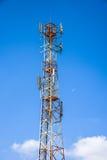 Antena celular contra o céu azul e a lua fotos de stock royalty free