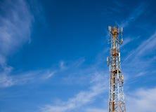 Antena celular contra o céu azul e a lua imagem de stock