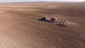 Antena ciągnik na żniwa pola odgórnym widoku od wzrosta zdjęcie wideo