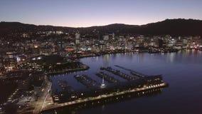 A antena, cidade de Wellington ilumina-se na noite, porto capital 4k de Nova Zelândia video estoque