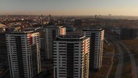 Antena cinemática en la puesta del sol con sctscrapers y el centro de la ciudad de Riga en el horizonte del fondo metrajes