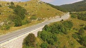 Antena: Conducción de automóviles en Serpentine Mountain Road At Summer almacen de video