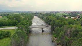Antena: cubra abaixo da condução de carros na ponte da estrada sobre o rio que flui entre a floresta, Turin, Itália vídeos de arquivo