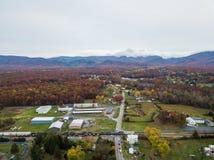 Antena da cidade pequena de Elkton, Virgínia no Shenandoah V fotos de stock